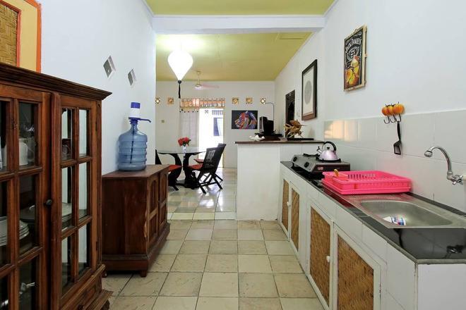 C & N Guesthouse - Kuta - Kitchen