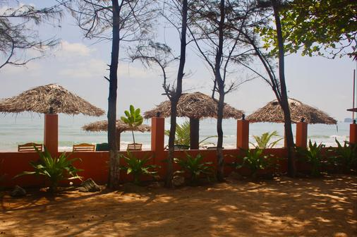 Golden Beach Cottages - Trincomalee - Beach