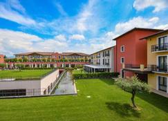 Hotel Parchi Del Garda - لازيس - مبنى