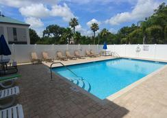 Days Inn & Suites by Wyndham Lakeland - Lakeland - Pool