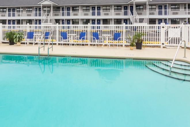 Days Inn by Wyndham Madison - Madison - Pool