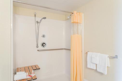 Days Inn & Suites by Wyndham Clermont - Clermont - Bathroom