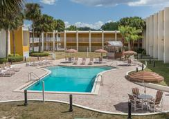Days Inn & Suites by Wyndham Clermont - Clermont - Pool