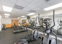 Days Inn & Suites by Wyndham Clermont - Clermont - Gym