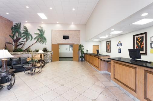 Days Inn & Suites by Wyndham Clermont - Clermont - Front desk