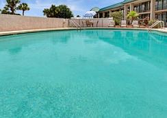 Days Inn & Suites by Wyndham Davenport - Davenport - Pool