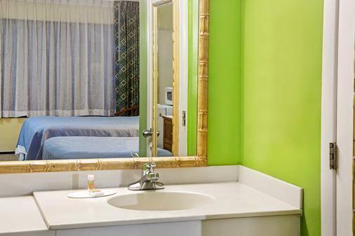 Days Inn & Suites by Wyndham Davenport - Davenport - Bathroom
