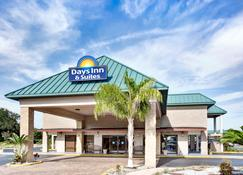 Days Inn & Suites by Wyndham Davenport - Davenport - Building