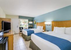 Days Inn by Wyndham Cocoa Beach Port Canaveral - Bãi biển Cocoa - Phòng ngủ