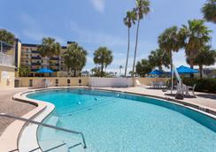 Days Inn by Wyndham Cocoa Beach Port Canaveral - Cocoa Beach - Πισίνα
