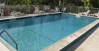 海中山谷汽車酒店 - 馬拉松 - 馬拉松 - 游泳池