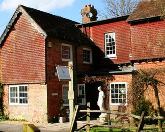 Trivelles Waterhall Country Hotel - Gatwick - Crawley - Building