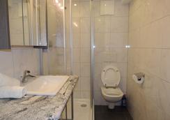 Gästehaus Alpina - Sankt Anton am Arlberg - Bathroom