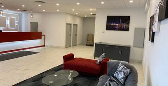 Red Roof Inn Plus+ & Suites Calgary - Airport - Calgary - Lobby