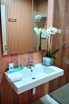 Golden City Hotel - Tirana - Bathroom