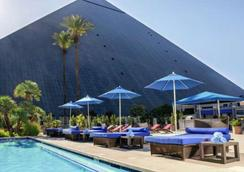 Luxor Hotel and Casino - Las Vegas - Pool