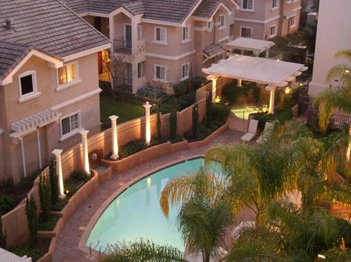 โรงแรมเดอะแกรนด์ - ซันนีเวล - สระว่ายน้ำ