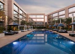 Hilton Bangalore Embassy GolfLinks - Bengaluru - Pool