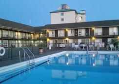 Niagara Falls Courtside Inn - Niagara Falls - Pool
