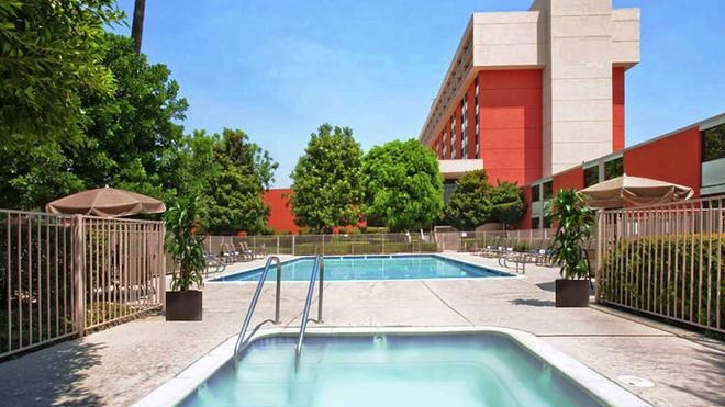 ONT Airport Hotel & Conf Cntr - Ontario - Pool