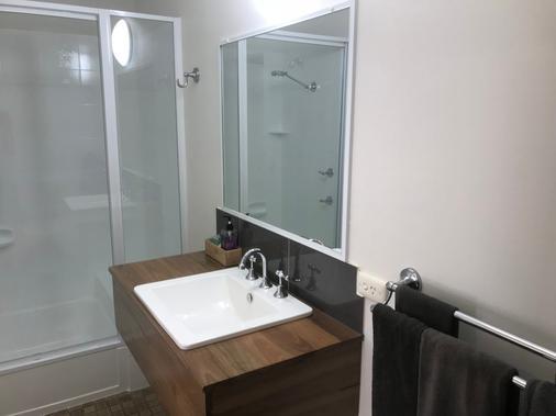 Cook's Endeavour Motor Inn - Tweed Heads - Bathroom