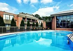 華美達廣場尼亞加拉大瀑布酒店 - 尼加拉瀑布 - 尼亞加拉瀑布 - 游泳池