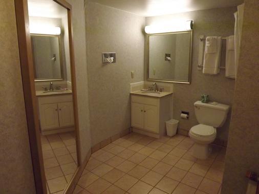 Econo Lodge - Montpelier - Bathroom
