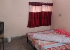 Double Room with Balcony - Jabalpur - Schlafzimmer