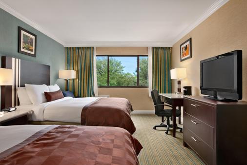 Ramada Plaza by Wyndham Holtsville Long Island - Holtsville - Bedroom