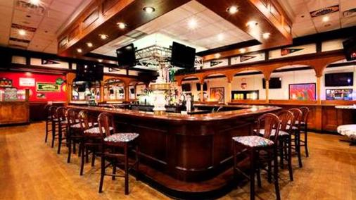 Ramada Plaza by Wyndham Holtsville Long Island - Holtsville - Bar