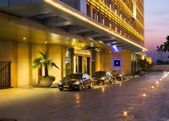 JW Marriott Hotel New Delhi Aerocity - New Delhi - Pool