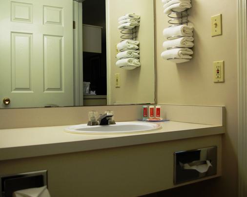 Econo Lodge - Fort St. John - Bathroom