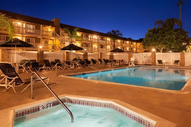 華美達酒店和套房 - 科斯塔梅薩 - 柯斯塔梅莎 - 游泳池