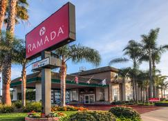 Ramada by Wyndham, Costa Mesa/Newport Beach - Costa Mesa - Building