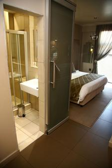 The Aviator Hotel Or Tambo - Kempton Park - Bathroom