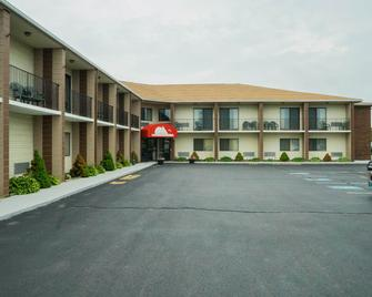 Red Roof Inn & Suites Middletown, RI - Middletown - Building