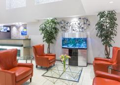 Days Inn & Suites by Wyndham Fort Myers Near JetBlue Park - Fort Myers - Lobby