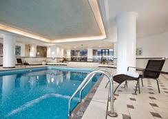 Hilton Paris Charles De Gaulle Airport - Roissy-en-France - Pool