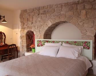The Way Inn - Zefat - Schlafzimmer