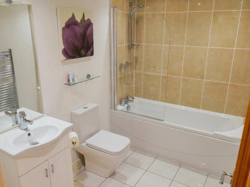 Tewitfield Marina - Carnforth - Bathroom