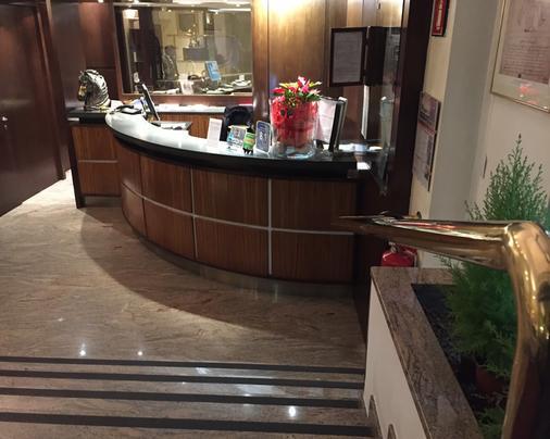 Hotel Carrobbio - Milan - Front desk