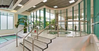 Rosedale On Robson Suite Hotel - Vancouver - Pool