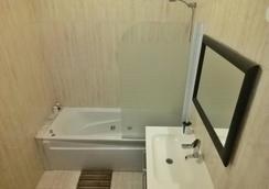 City Hostel Lisbon - Lisbon - Bathroom