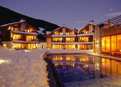 Post Alpina - Family Mountain Chalets - San Candido - Edificio