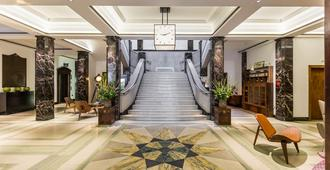 Town Hall Hotel & Apartments - London - Hotel entrance