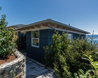 Sookepoint Ocean Cottage Resort - Sooke - Building