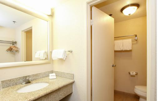 Red Roof Inn Ontario Airport - Ontario - Bathroom