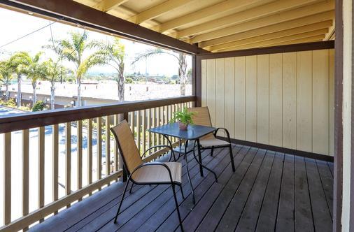 Red Roof Inn & Suites Monterey - Monterey - Balcony