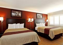 Red Roof Inn & Suites Monterey - Monterey - Bedroom