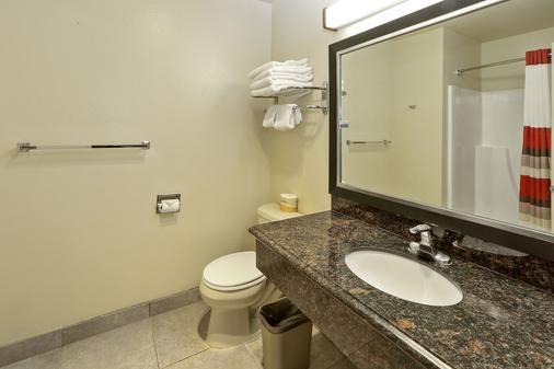 Red Roof Inn & Suites Monterey - Monterey - Bathroom
